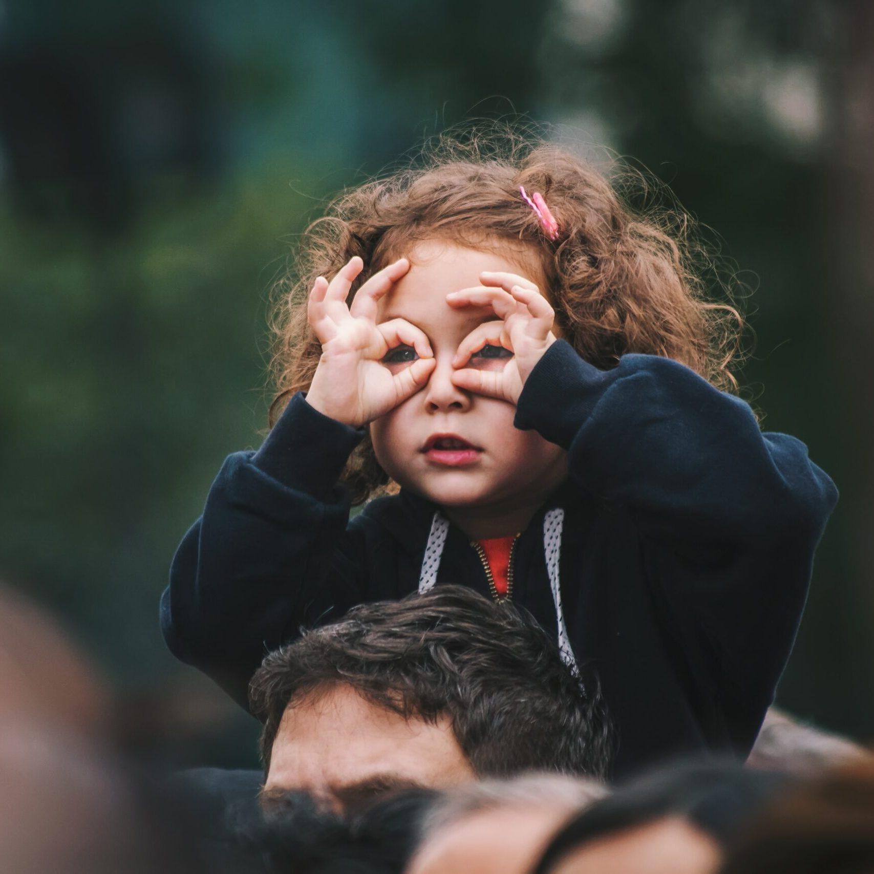 Fille sur épaule avec lunette